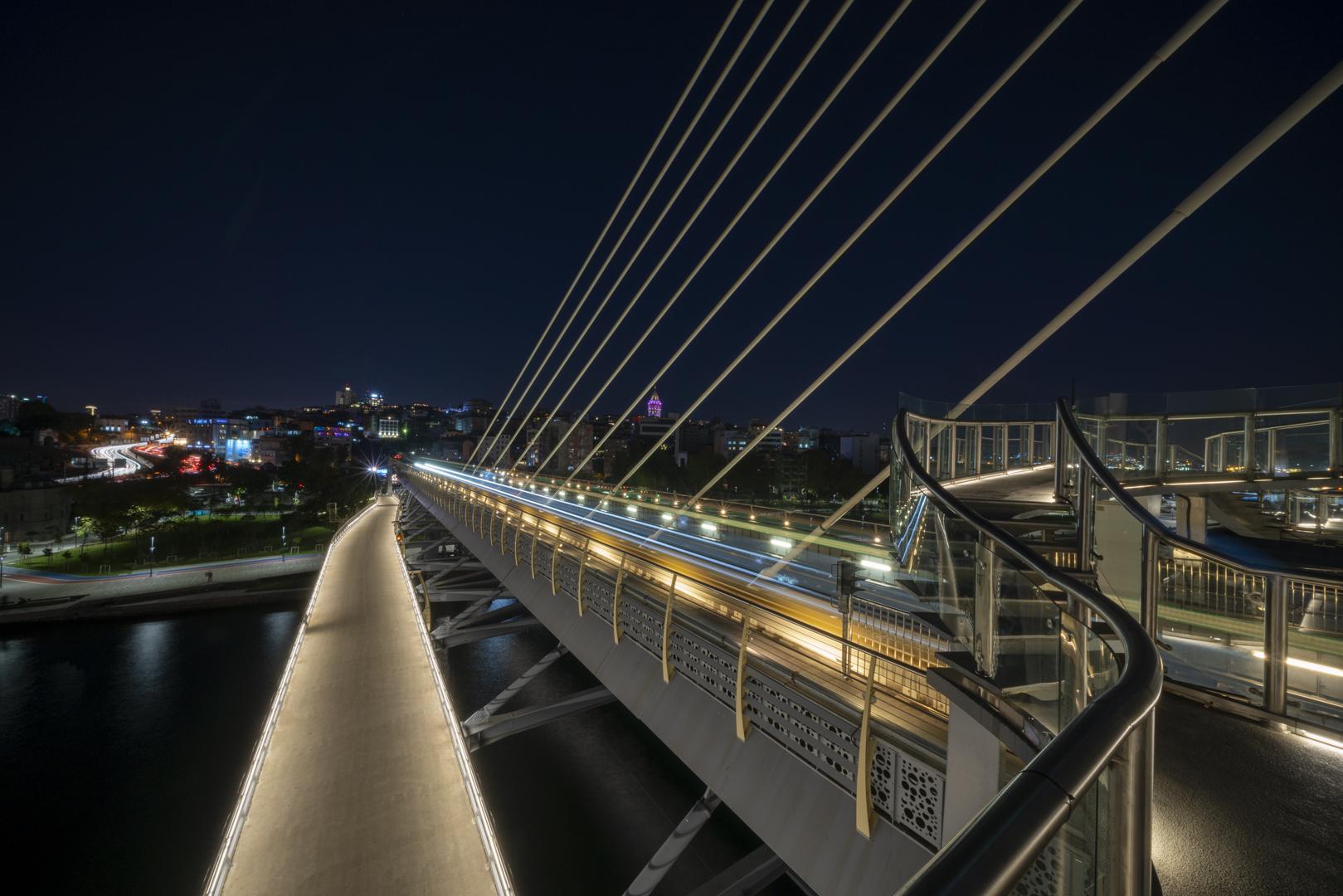 Architekturfotografie Brücke Istanbul Nacht von Fotograf Michael Pinzolits