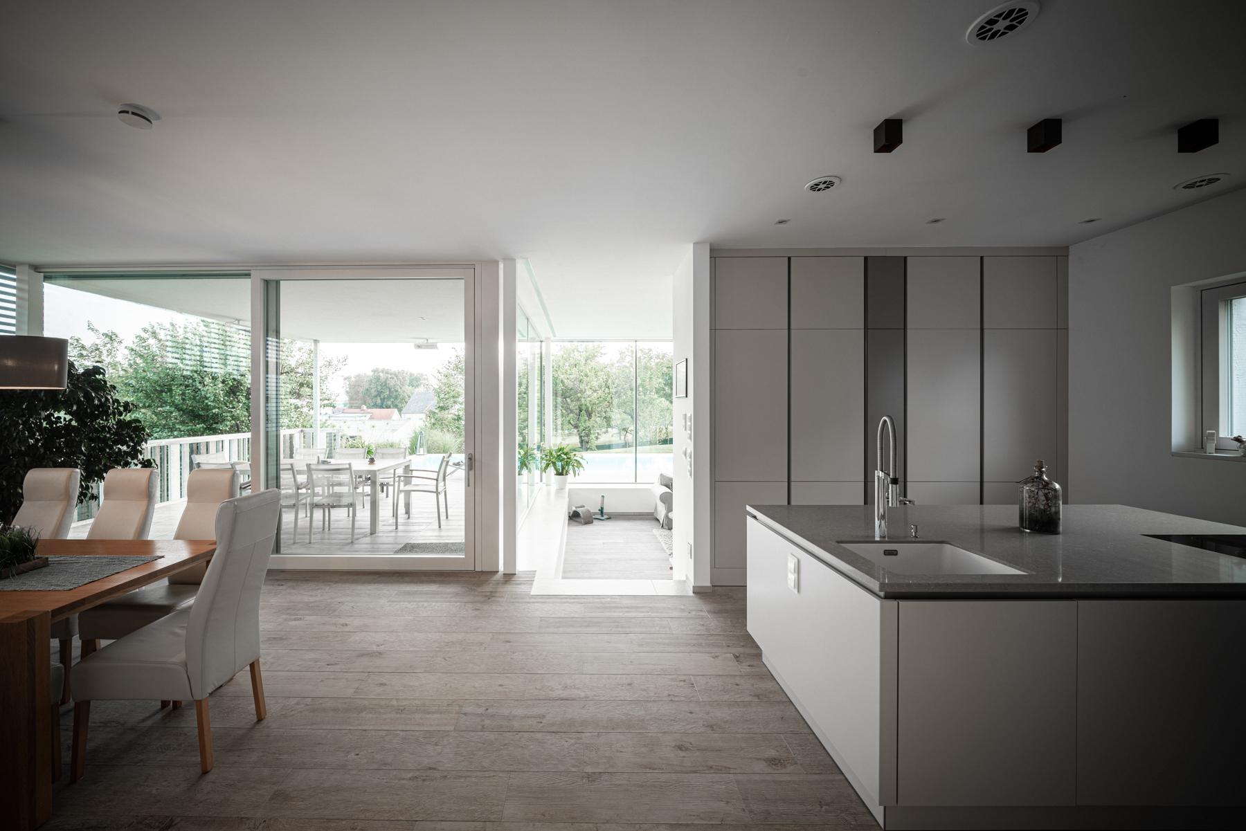 Einfamilienhaus Eisenstadt-Wohnzimmer-Küche-Michael Pinzolits-Architekturfotografie-Immobilienfotografie-Fotograf-Architekturfotograf-www.michaelpinzolits.com