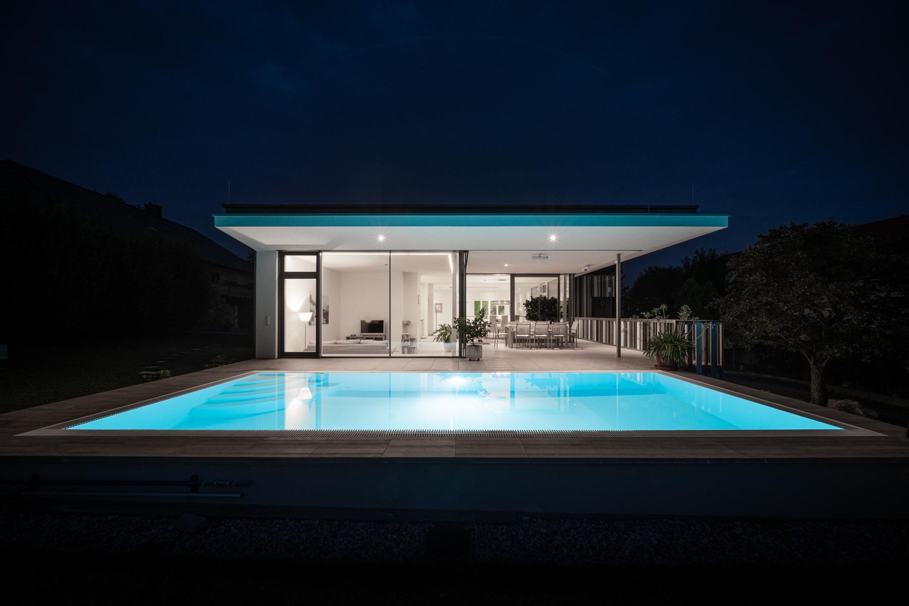 Immobilienfotografie Einfamilienhaus Swimmingpool bei Nacht von Fotograf Michael Pinzolits