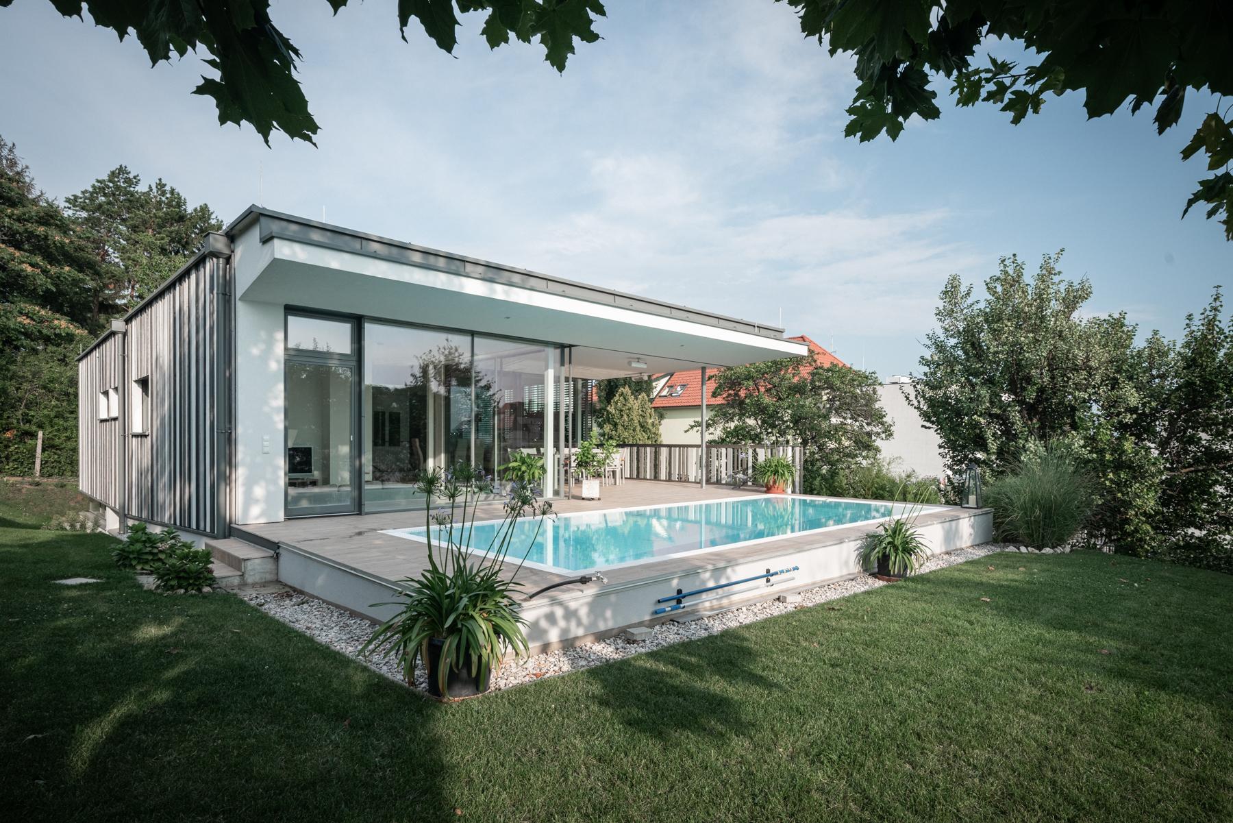 Immobilienfotografie Einfamilienhaus Swimmingpool von Fotograf Michael Pinzolits