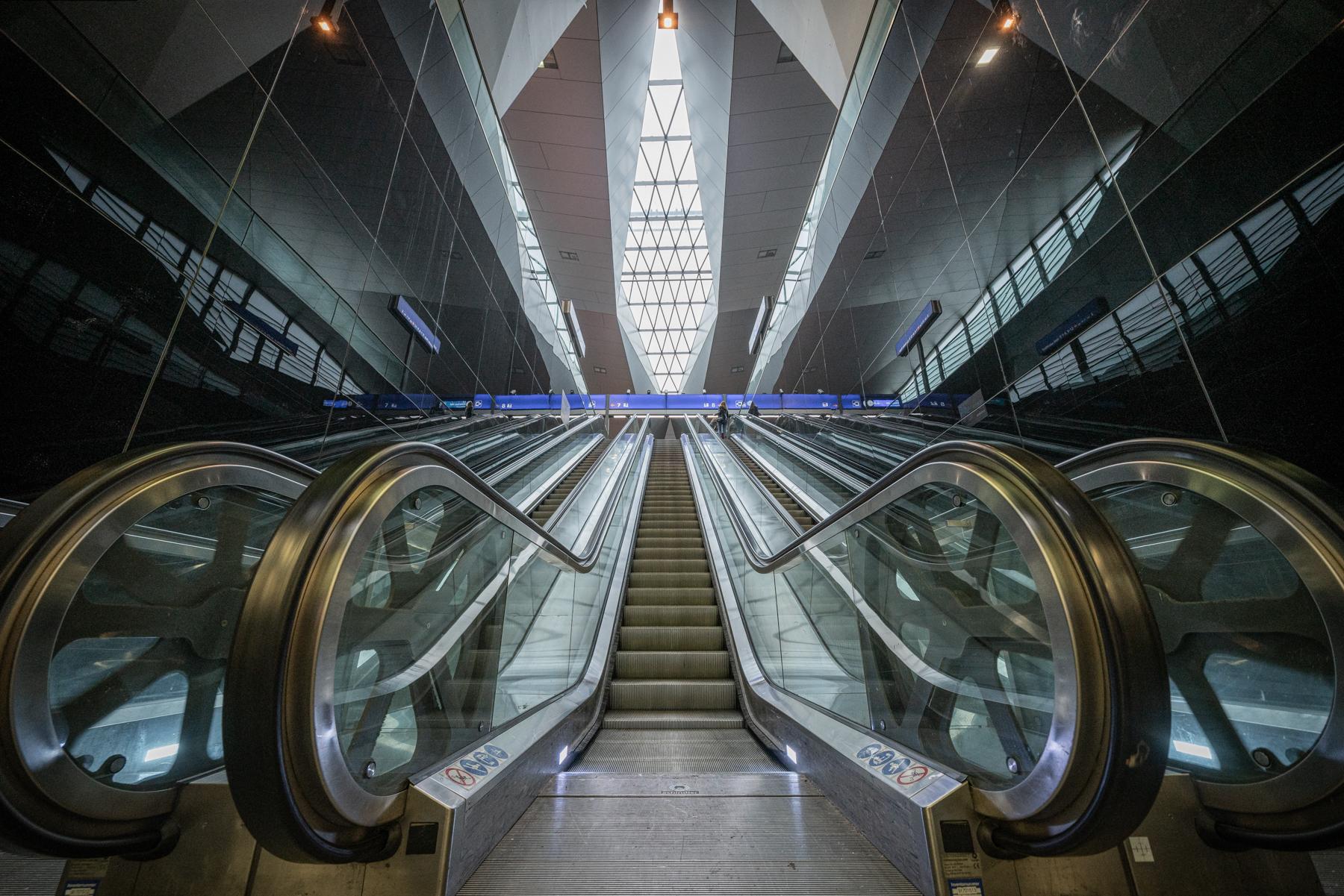 Architekturfotografie Rolltreppen Hauptbahnhof Wien von Fotograf Michael Pinzolits
