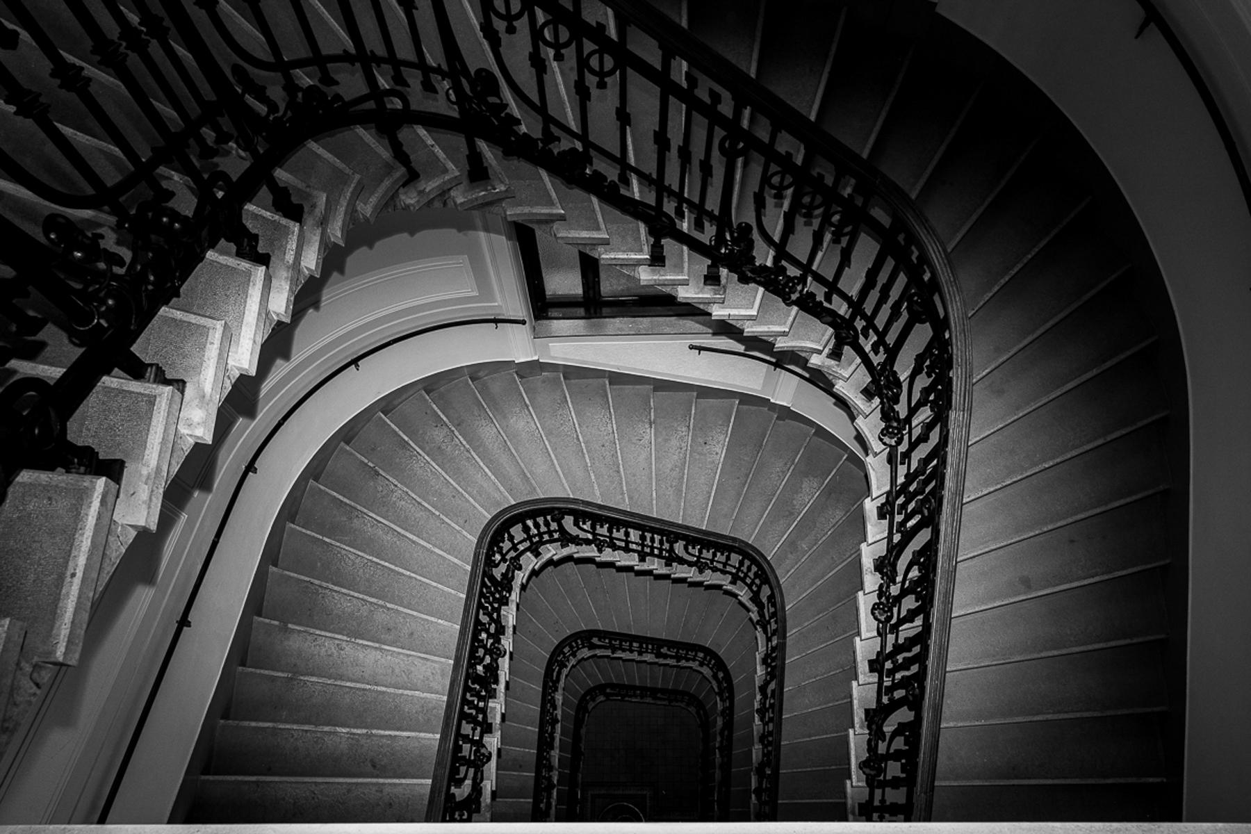Stiegenhaus Wien schwarzweiß